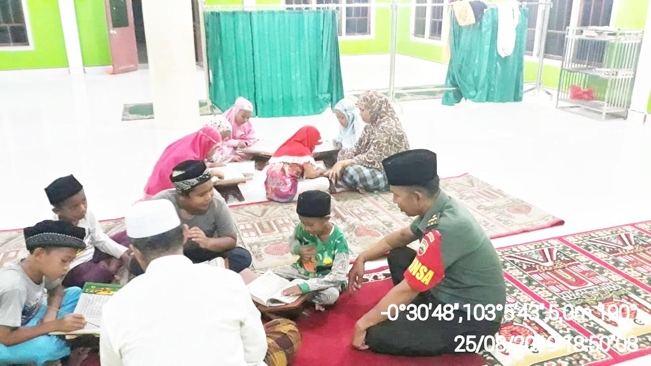 Pelda Ismail Bage, ikut serta mendampingi dan mengajari anak-anak warga membaca Al-Qur'an