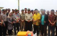Bupati Indragiri Hilir HM Wardan, didampingi oleh Dandim 0314/Inhil Letkol Inf Imir Faishal, Menyerahan Perahu Nelayan