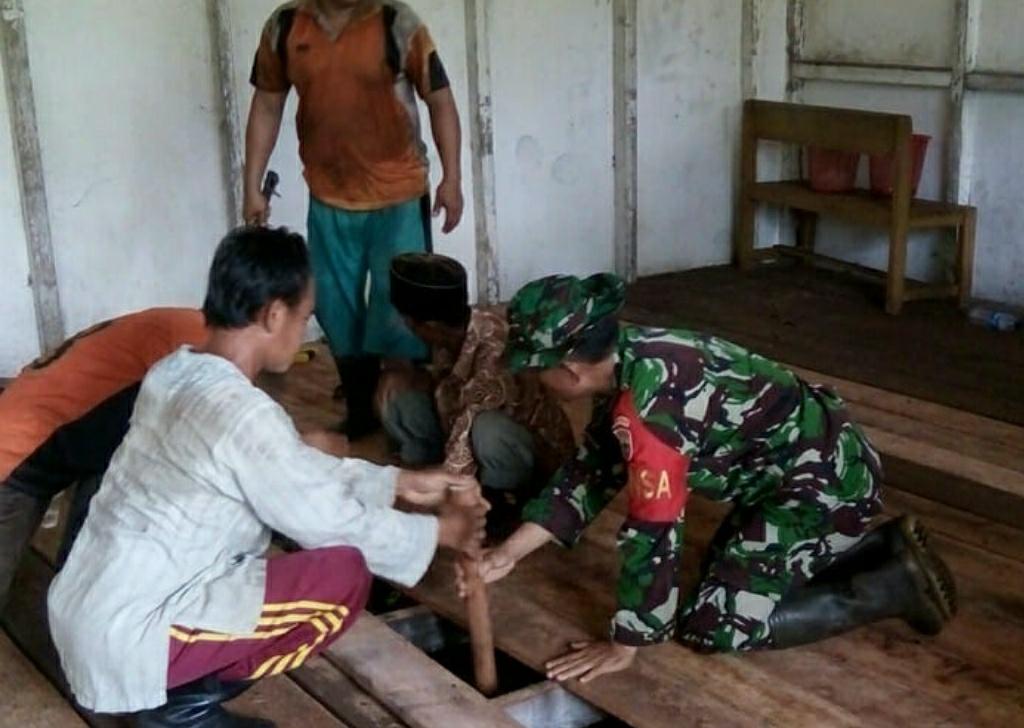 Babinsa Koramil 08/Mandah Beserta Guru melakukan perbaikan lantai SMP 1 Atap Desa Bakau Aceh disaat Libur Sekolah