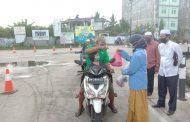 *Mahasiswa KKN Univeristas Riau Relawan Kelurahan Tembilahan Barat Bagikan Takjil Gratis*