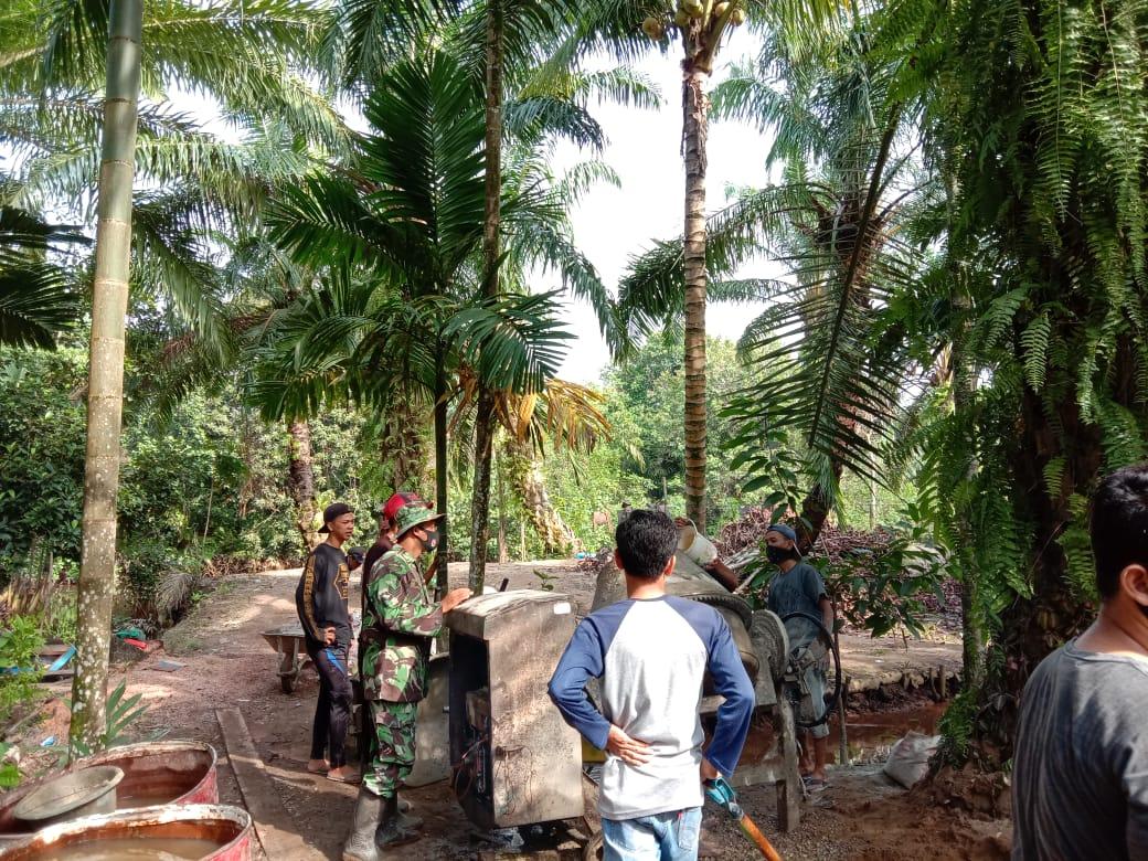 Kebersamaan antara TNI dengan rakyat terbangun melalui kegiatan kerja bhakti TMMD