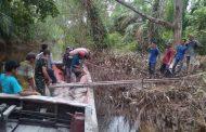 Melalui Sungai, Anggota TNI Bersama Warga Teluk Kiambang Angkut Bahan Material TMMD