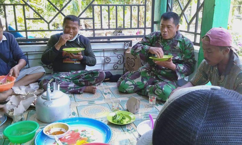 Kedekatan dan kebersamaan TNI dan masyarakat dalam menjalankan kegiatan Tentara Manunggal Membangun Desa (TMMD)