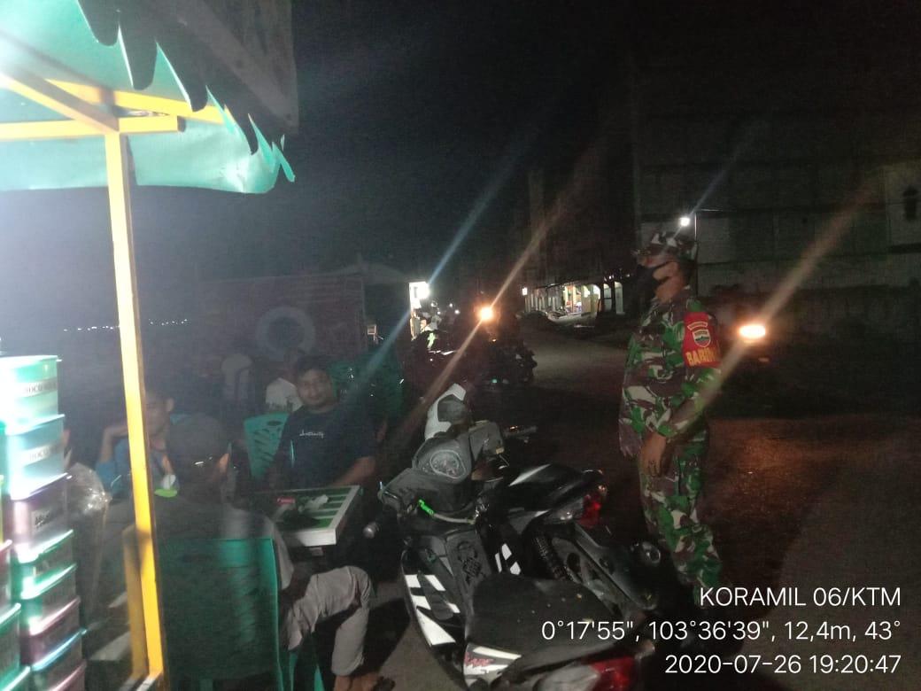 Aksi Babinsa Koramil 06/ Kateman Serda Lendi Fiter Sirimba Melaksanakan Himbauan Protokol Kesehatan di Malam Hari