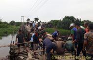 Serka Sasmito ikuti gotong royong perbaikan jembatan sungai Rawa Belantaraya.