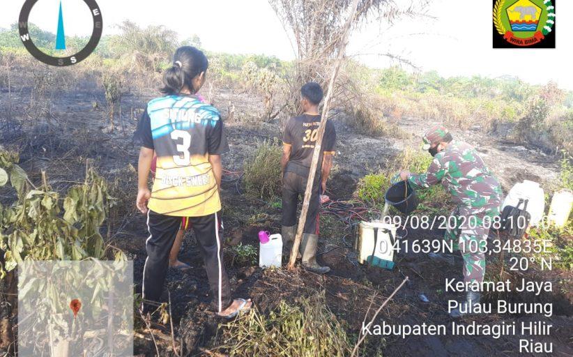 Babinsa Koramil 11/Pulau Burung Berjibaku memadamkan Titik api di Desa Sukoharjo
