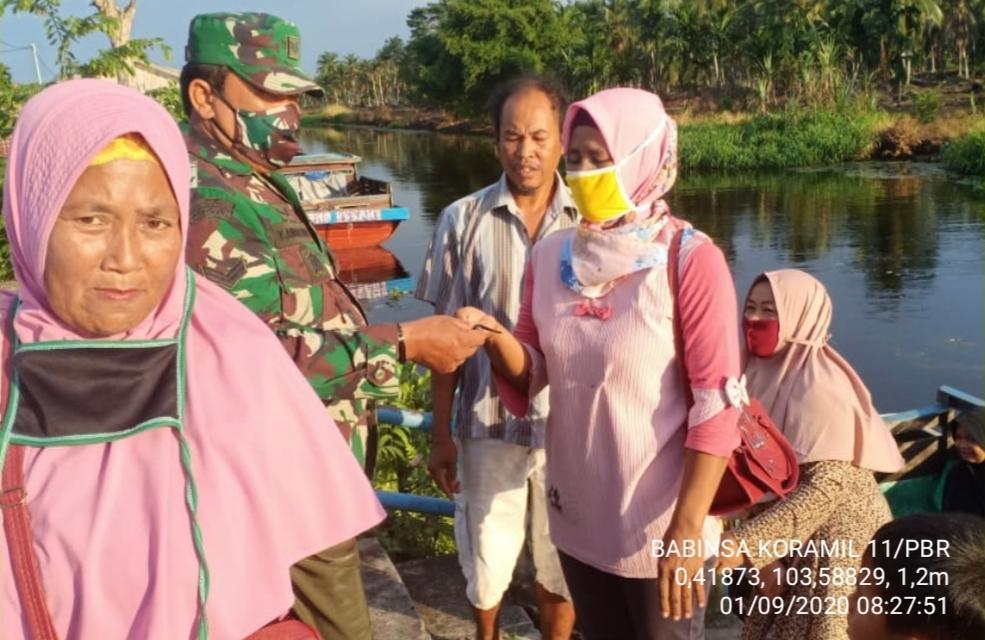 Babinsa Koramil 11/Pulau Burung himbau warga tetap patuhi protokol kesehatan