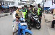 Kodim 0314/Inhil bersama Polres Inhil melaksanakan sosialisasi 4 M dan membagikan masker kepada para jamaah sholat Jumat