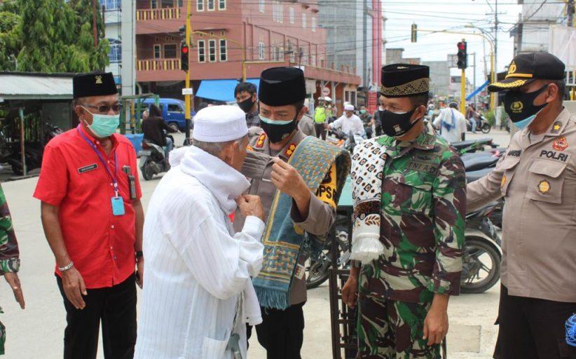 Dandim bersama Kapolres Inhil Bagikan Masker Kepada Jamaah Masjid Sebelum Sholat Jumat