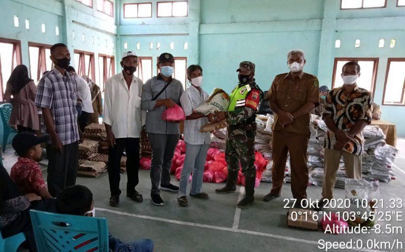 Serda Haris Mony Babinsa Koramil 08/Mandah Dampingi Penyaluran Bantuan Sembako