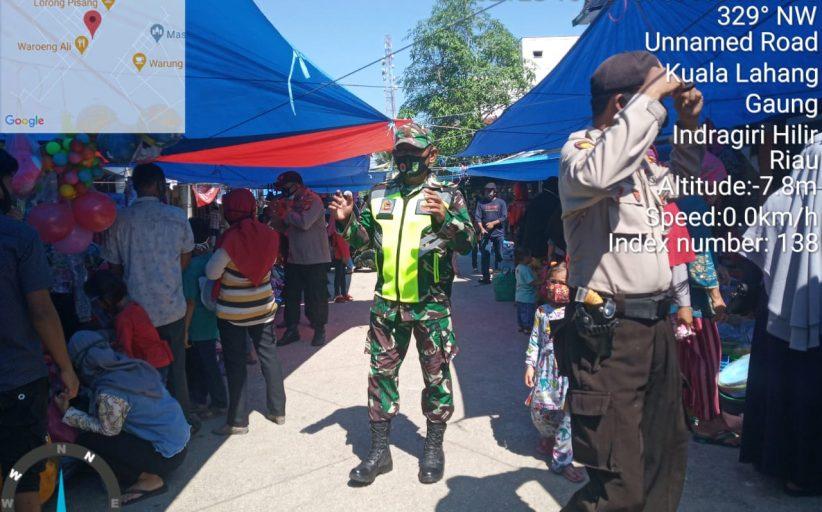 Serka Tota Simbolon Babinsa Kuala Lahang Koramil 05/Gas Himbai warga Memakai Masker