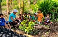 Kades Belantaraya Hasbullah Jali Mengajarkan Anak Anak Cara Bercocok Tanam