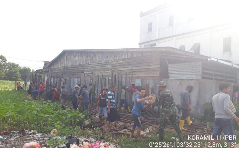 Babinsa Koramil 11/Pulau Burung Kodim 0314/Inhil Bersama Warga Gotong Royong Pembangunan Jalan Menuju Masjid Al-Iman
