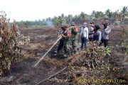 Dihari Ketiga Serka Sasmito Babinsa Koramil 05/Gas Kodim 0314/Inhil Masih Konsisten dalam Pemadaman Api