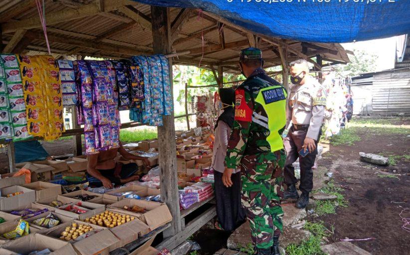 Serda Supandi Jaya Babinsa Koramil 11/Pulau Burung Kodim 0314/Inhil Pantau Kondisi Pasar dan Protokes