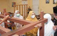 Kunjungan Santri - Santri Pondok Modern Al-Imtinan Putri Ke Dekranasda Inhil Disambut Hangat Oleh Hj.Zulaikhah Wardan