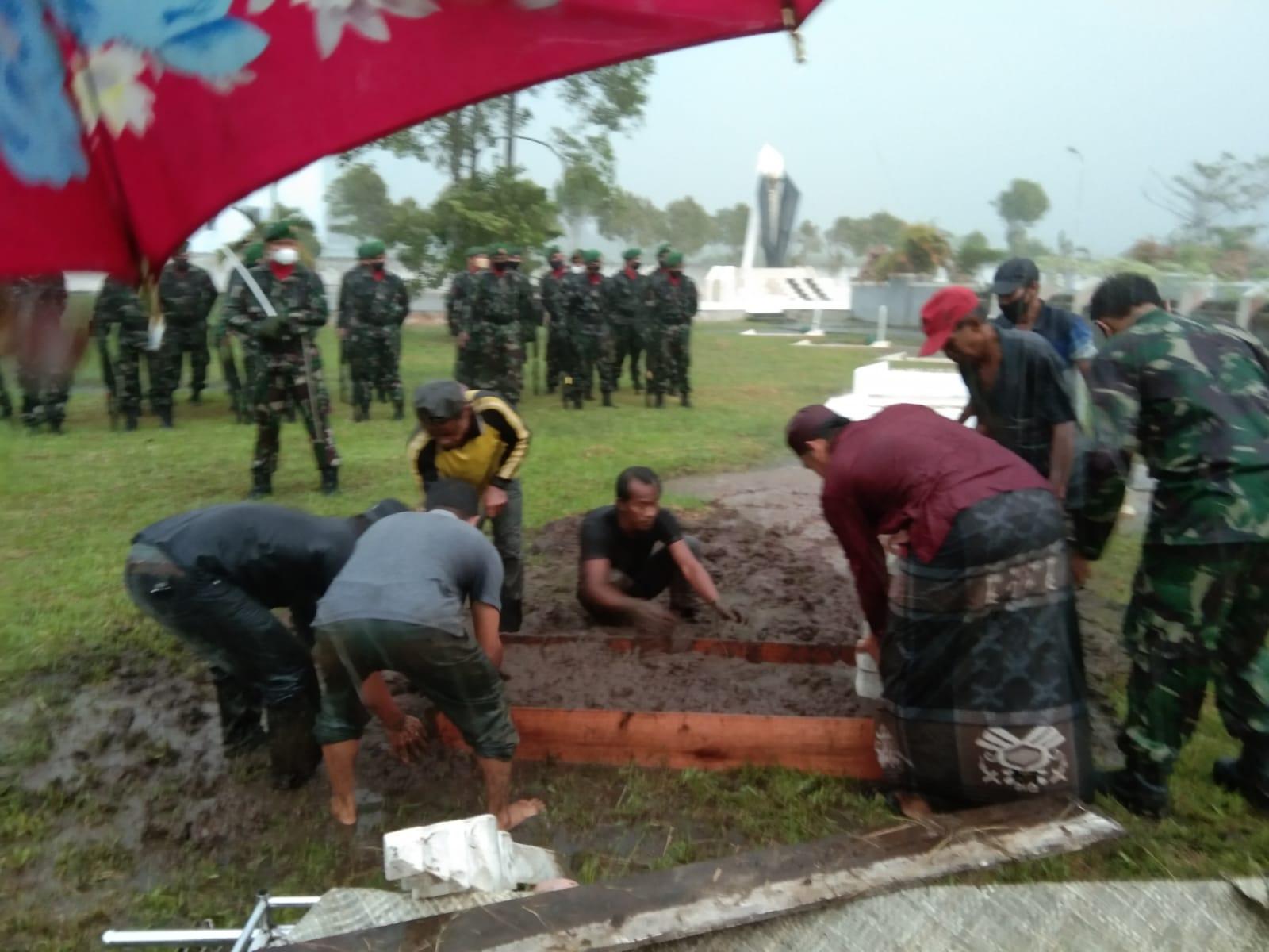 upacara pemakaman secara militer kepada almarhum Yahya