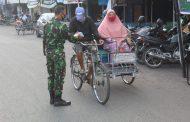 Kodim 0314/lnhil terus membagikan sarapan pagi kepada kaum duafa di Pasar Air Mancur Jalan Sudirman Tembilahan
